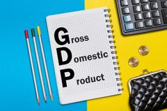 Σημειώσεις ακαθάριστων εγχώριων προϊόντων στο σημειωματάριο στο γραφείο στο γραφείο Επιχειρησιακή έννοια ΑΕΠ Στοκ Φωτογραφίες