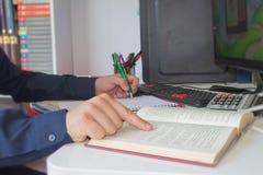 σημειώσεις γραψίματος ατόμων από τον υπολογιστή στον ξύλινο πίνακα Χέρι ατόμων με τη μάνδρα, τον υπολογιστή και τον υπολογιστή στ Στοκ φωτογραφία με δικαίωμα ελεύθερης χρήσης