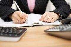 Σημειώσεις γραψίματος επιχειρηματιών στο γραφείο της Στοκ Εικόνες