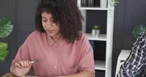 Σημειώσεις γραψίματος επιχειρησιακών ομάδων στο γραφείο γραφείων φιλμ μικρού μήκους