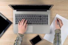 Σημειώσεις γραψίματος προγραμματιστών για χαρτί στοκ φωτογραφία με δικαίωμα ελεύθερης χρήσης