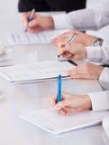 Σημειώσεις γραψίματος Businesspeople στη συνεδρίαση Στοκ φωτογραφία με δικαίωμα ελεύθερης χρήσης