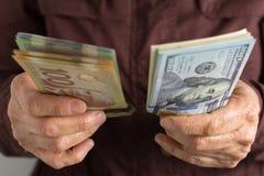 Σημειώσεις εγγράφου από τον Καναδά και τις ΗΠΑ Μπροστινή άποψη των λογαριασμών χειρισμού χεριών ηλικιωμένων γυναικών ` s