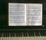 Σημειώσεις μουσικής και βασικά κουμπιά πιάνων Στοκ Φωτογραφίες