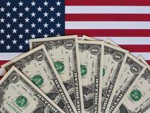Σημειώσεις δολαρίων και σημαία των Ηνωμένων Πολιτειών στοκ φωτογραφία με δικαίωμα ελεύθερης χρήσης