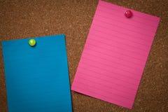 Σημειώσεις που καρφώνονται σε ένα corkboard Στοκ φωτογραφία με δικαίωμα ελεύθερης χρήσης