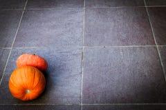 σημειώσεις σεληνόφωτου αποκριών ροπάλων ανασκόπησης Πυράκτωση pumpkinon το σκοτεινό έδαφος Σκοτάδι στοκ εικόνες με δικαίωμα ελεύθερης χρήσης