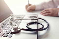 Σημειώσεις συνταγών ή ιατρικής εξέτασης γραψίματος γιατρών Στοκ εικόνα με δικαίωμα ελεύθερης χρήσης