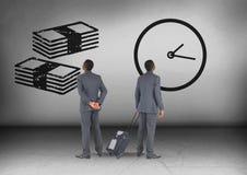 Σημειώσεις χρημάτων και χρόνος ρολογιών με το κοίταγμα επιχειρηματιών στις αντίθετες κατευθύνσεις Στοκ Εικόνες