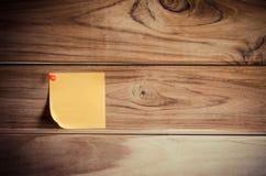 Σημειώστε το κίτρινο μπάλωμα σε έναν ξύλινο πίνακα στοκ εικόνα με δικαίωμα ελεύθερης χρήσης