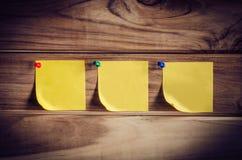 Σημειώστε το κίτρινο μπάλωμα σε έναν ξύλινο πίνακα στοκ εικόνες