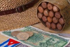 Σιέστα - πούρα, καπέλο αχύρου και κουβανικά τραπεζογραμμάτια στοκ εικόνες