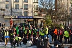Σιίτες μουσουλμάνοι συλλέγουν στη μαρμάρινη αψίδα Λονδίνο Στοκ φωτογραφία με δικαίωμα ελεύθερης χρήσης