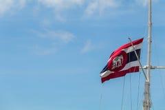 Σιαμέζοι σημαία και μπλε ουρανός λευκών ελεφάντων στοκ εικόνες με δικαίωμα ελεύθερης χρήσης