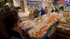 ΣΙΑΤΛ ΟΥΑΣΙΓΚΤΟΝ ΗΠΑ - τον Οκτώβριο του 2014 - φρέσκια επίδειξη θαλασσινών στη δημόσια αγορά θέσεων λούτσων Στοκ φωτογραφίες με δικαίωμα ελεύθερης χρήσης