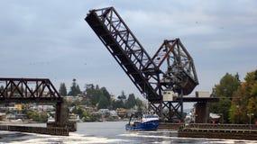ΣΙΑΤΛ, ΠΟΛΙΤΕΊΑ ΤΗΣ WASHINGTON, ΗΠΑ - 10 ΟΚΤΩΒΡΊΟΥ 2014: Hiram Μ Κλειδαριές Chittenden και Drawbridge ραγών - γέφυρα κόλπων σολομ Στοκ εικόνα με δικαίωμα ελεύθερης χρήσης