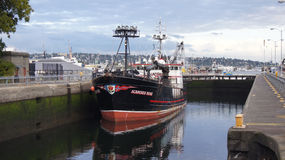 ΣΙΑΤΛ, ΠΟΛΙΤΕΊΑ ΤΗΣ WASHINGTON, ΗΠΑ - 10 ΟΚΤΩΒΡΊΟΥ 2014: Hiram Μ Κλειδαριές Chittenden το μεγάλο εμπορικό αλιευτικό σκάφος που ελ Στοκ φωτογραφία με δικαίωμα ελεύθερης χρήσης