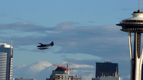 ΣΙΑΤΛ, WASHINGOTN - ΤΟ ΣΕΠΤΈΜΒΡΙΟ ΤΟΥ 2014: Η διαστημική κορυφή βελόνων plattform με ένα αεροπλάνο Στοκ φωτογραφία με δικαίωμα ελεύθερης χρήσης