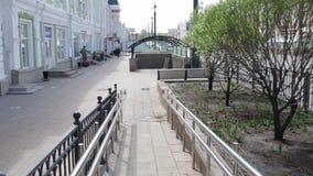 Σιβηρία, η πόλη του Ομσκ, μια κεκλιμένη ράμπα αναπηρικών καρεκλών στην κεντρική περιοχή απόθεμα βίντεο
