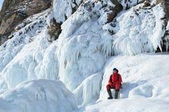 Σιβηρία, λίμνη Baikal, νησί Olkhon, ακρωτήριο Khoboy, Ρωσία, 22 Φεβρουαρίου, 2017 Ο τουρίστας κάθεται στη συγκέντρωση πάγου στην  στοκ εικόνες με δικαίωμα ελεύθερης χρήσης