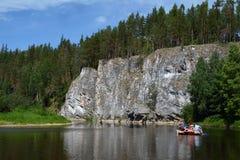 Σιβηρικός βράχος ` απότομων βράχων ` στην ακτή του ποταμού Chusovaya Στοκ εικόνα με δικαίωμα ελεύθερης χρήσης