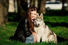 Σιβηρικός γεροδεμένος και αυτή ιδιοκτήτης Στοκ Φωτογραφία