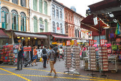 ΣΙΓΚΑΠΟΎΡΗ - 8 Αυγούστου 2014 οι αγοραστές περπατούν μέσω Chinatown όπως η Σιγκαπούρη καλωσορίζει στη Σιγκαπούρη Ο ` s κινέζος πό Στοκ Εικόνες