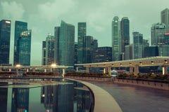 Σιγκαπούρη, 20.2013 Δεκεμβρίου: Άποψη του ορίζοντα πόλεων τη νύχτα μέσα Στοκ Φωτογραφία