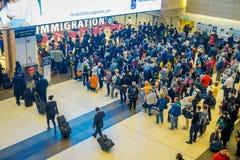 ΣΙΓΚΑΠΟΎΡΗ, ΣΙΓΚΑΠΟΎΡΗ - 30 ΙΑΝΟΥΑΡΊΟΥ 2018: Επάνω από την άποψη του πλήθους των ανθρώπων που περιμένουν στη σειρά αναμονής στη μ Στοκ Εικόνα