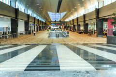Σιγκαπούρη μακριοί διάδρομοι και Travelators αερολιμένων †« Στοκ Εικόνες