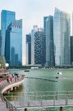 ΣΙΓΚΑΠΟΎΡΗ - 20 ΜΑΡΤΊΟΥ: Οι πύργοι γραφείων στον κόλπο μαρινών, Σιγκαπούρη παίρνουν Στοκ Εικόνα