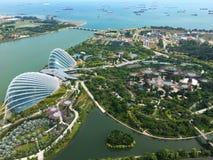 Σιγκαπούρη - 13 Νοεμβρίου: Η εναέρια άποψη των δύο θόλων των κήπων από το πάρκο κόλπων, Σιγκαπούρη με τον κόλπο μαρινών στρώνει μ Στοκ Φωτογραφίες