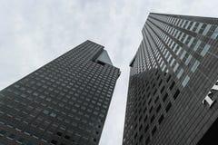 Σιγκαπούρη - 14 ΟΚΤΩΒΡΊΟΥ 2018 Δύο μεγάλοι και σύγχρονοι ουρανοξύστες στο υπόβαθρο του νεφελώδους ουρανού στοκ εικόνα με δικαίωμα ελεύθερης χρήσης