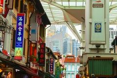 Σιγκαπούρη - 14 ΟΚΤΩΒΡΊΟΥ 2018 Περιοχή Chinatown με πολλές ζωηρόχρωμες καφετέριες και πινακίδες εστιατορίων στοκ εικόνες
