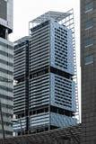 Σιγκαπούρη - 14 ΟΚΤΩΒΡΊΟΥ 2018 Σύγχρονο και φουτουριστικό να φανεί ουρανοξύστης στο κέντρο της Σιγκαπούρης εμπορικών κέντρων κατά στοκ εικόνες
