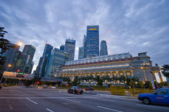 Σιγκαπούρη 30 12 2008: Οδός στο μπροστινό ξενοδοχείο Fullerton και ορίζοντας στο υπόβαθρο Στοκ εικόνα με δικαίωμα ελεύθερης χρήσης