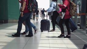 Σιγκαπούρη, στις 13 Ιουλίου 2018 Unrecognizable άνθρωποι με τα baggages που περπατούν στον τελικό αερολιμένα κίνηση αργή 3840x216 φιλμ μικρού μήκους