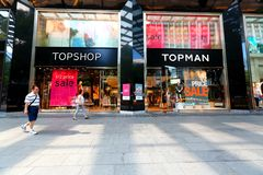 Σιγκαπούρη: Τοπ κατάστημα/τοπ μαγαζί λιανικής πώλησης ατόμων Στοκ Εικόνες