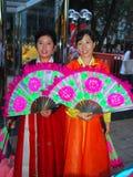 Σιγκαπούρη: Δύο κορεατικές γυναίκες με τους ανεμιστήρες Στοκ Εικόνα
