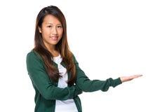 Σιγκαπούριος γυναίκα παρούσα με το χέρι Στοκ Εικόνες