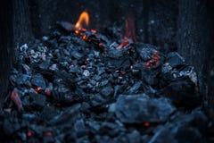 Σιγοκαίγοντας άνθρακες στην πυρά προσκόπων σχαρών στοκ εικόνα με δικαίωμα ελεύθερης χρήσης