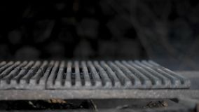 Σιγοκαίγοντας ξύλο στη σχάρα απόθεμα βίντεο