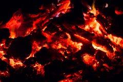 Σιγοκαίγοντας πυρκαγιά, η εξασθενίζοντας πυρκαγιά, χοβόλεις, σπινθήρες, φλόγα, τέφρα, ξύλο Μακροεντολή Στοκ Εικόνες