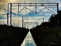 Σιδηροδρομική γραμμή που απεικονίζει την υποδομή μπλε ουρανού και σιδηροδρόμου στοκ εικόνες