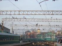 Σιδηροδρομικός σταθμός Καλώδια, ράγες, τραίνα στοκ φωτογραφία με δικαίωμα ελεύθερης χρήσης