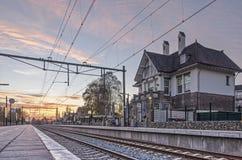 Σιδηροδρομικός σταθμός στο ηλιοβασίλεμα στοκ φωτογραφία με δικαίωμα ελεύθερης χρήσης