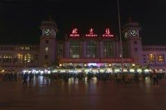 Σιδηροδρομικός σταθμός του Πεκίνου η νύχτα στην Κίνα στοκ φωτογραφία