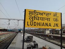Σιδηροδρομικός σταθμός Ludhiana, Ινδία οι καφετιές κυκλικές σκιές παρουσίασης πρόσκλησης απεικόνισης υπολογιστών γραφείου σχεδίου στοκ εικόνα με δικαίωμα ελεύθερης χρήσης