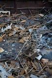 Σιδηροδρομικό βαγόνι εμπορευμάτων με το απόρριμα μετάλλων Παλαιό σκουριασμένο διαβρωμένο μέταλλο, περίληψη για την οικολογία Στοκ Εικόνες