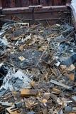 Σιδηροδρομικό βαγόνι εμπορευμάτων με το απόρριμα μετάλλων Παλαιό σκουριασμένο διαβρωμένο μέταλλο, περίληψη για την οικολογία Στοκ Φωτογραφίες